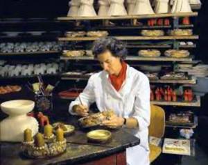 La Contessa Lena Thun mentre lavora la ceramica