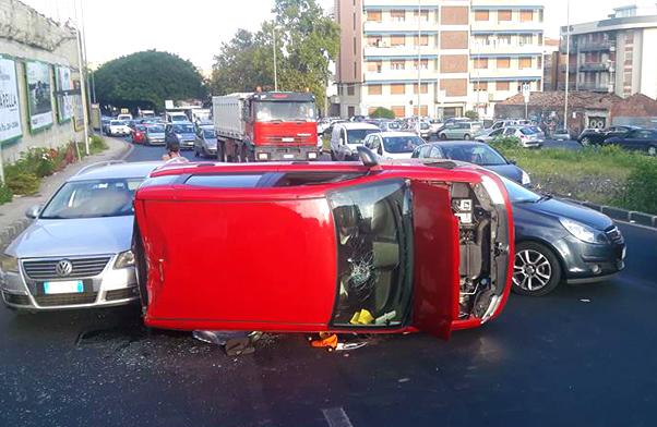 Catania: auto si ribalta al tondo Gioeni, traffico in tilt alla Circonvallazione