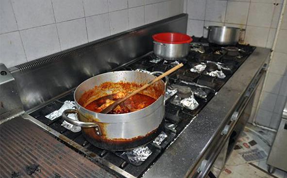 Blatte nella cucina di un noto lido di aci castello informasicilia
