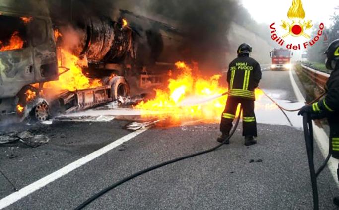Cisterna prende fuoco in autostrada, A 19 Palermo