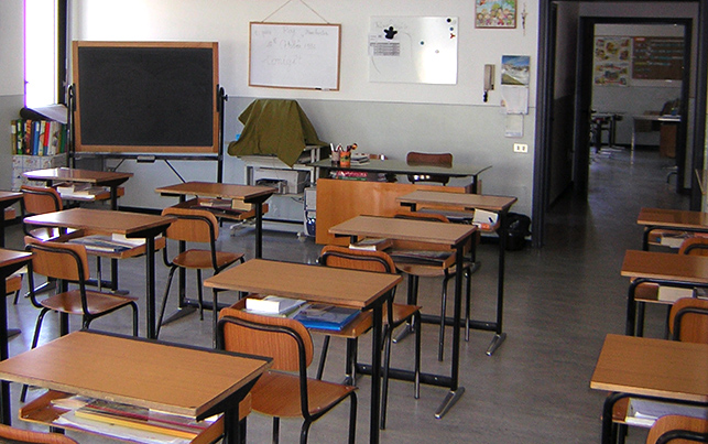Schiaffi e offese agli alunni: sospesa una maestra nel Catanese