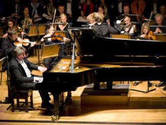Leslie_Howard_piano