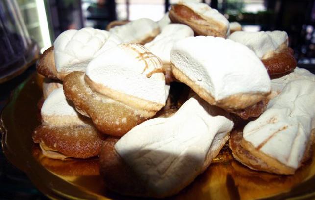 Vassoio di 'Ossa di mottu' dolci tipici siciliani consumati durante il periodo della commemmorazione dei defunti