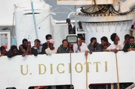 Migranti, la Diciotti verso Trapani