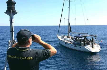 Barca a vela con 69 migranti bloccata a Noto
