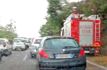 Forte vento in Sicilia: albero sul tir blocca la A18