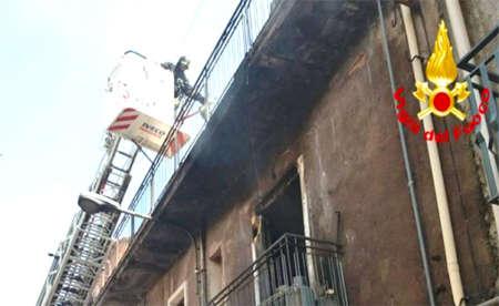 Abitazione in fiamme a Paternò