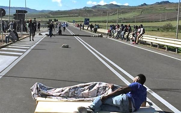 migranti_protesta_cara_mineo