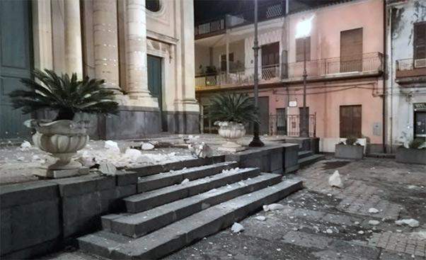 Etna, notte di paura, crolli e 28 feriti