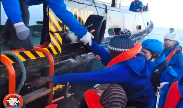 Nave ong con 49 persone ferma davanti a Lampedusa
