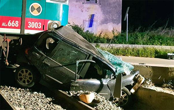 Treno travolge auto al passaggio a livello, muore donna