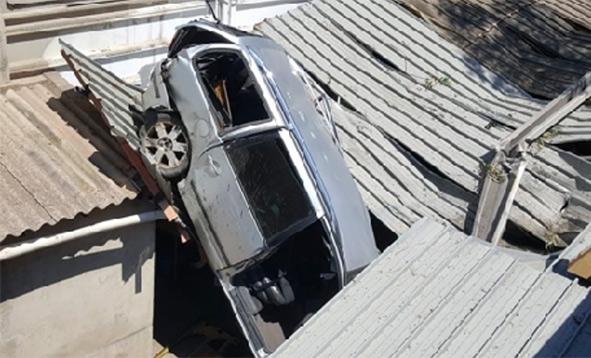 Auto precipita dal ponte e finisce sull'officina