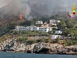 incendi_calampiso_vicino_villaggio_turistico