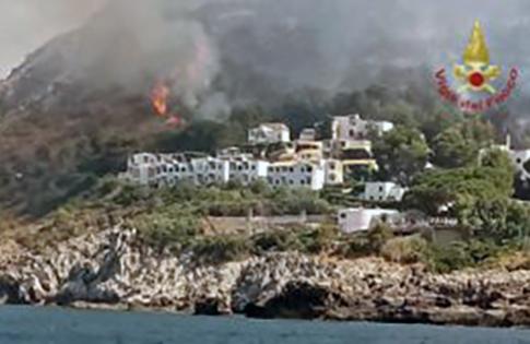Fuoco siciliano, evacuate 800 persone