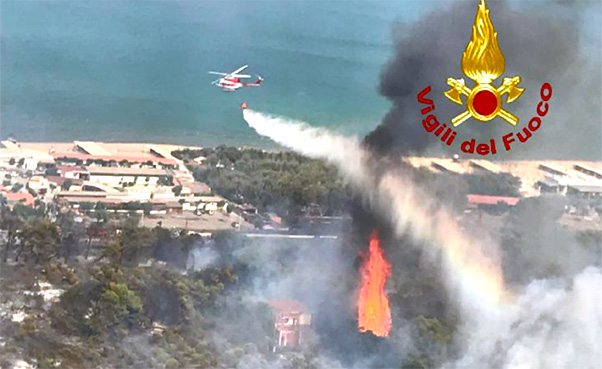 Plaia in fiamme, bagnanti evacuati