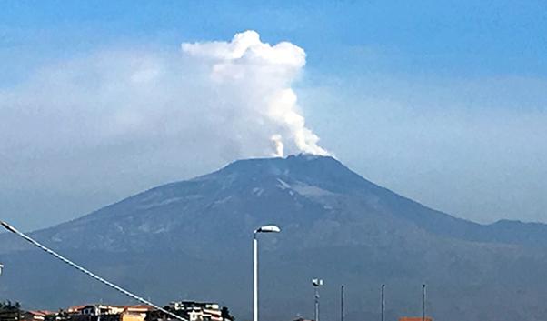 Etna, nuovi sbuffi e cenere