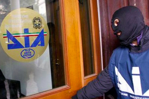 Sottrae soldi alle aziende confiscate