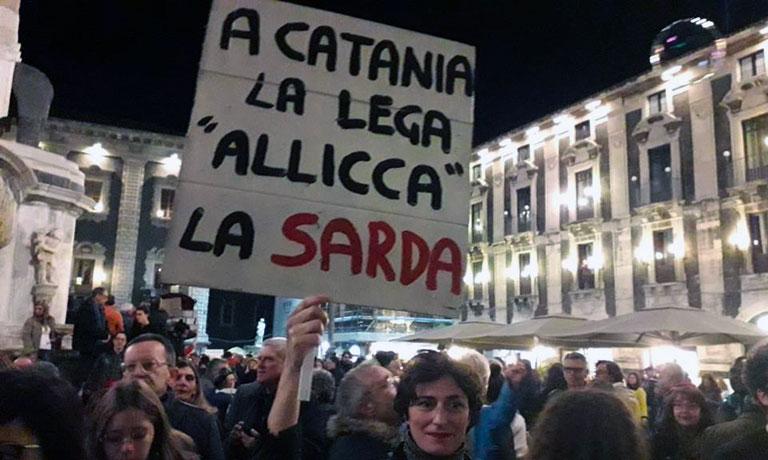 Sardine in piazza Duomo manifestano