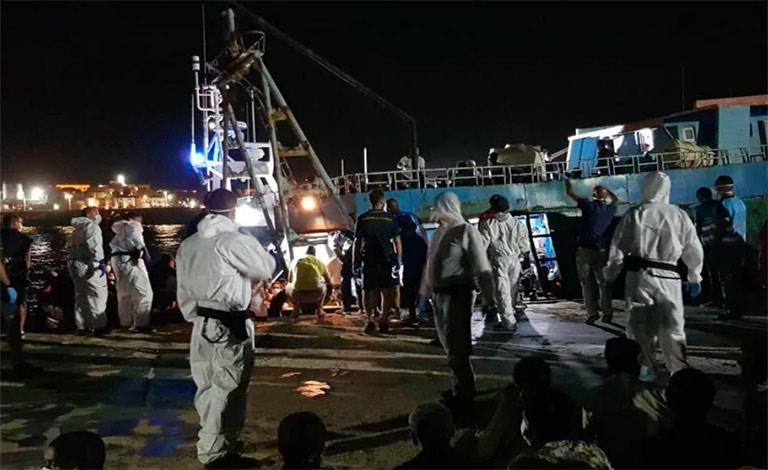 Lampedusa, arrivano altri 450 migranti
