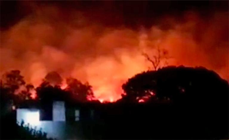 Lipari, incendio minaccia le case