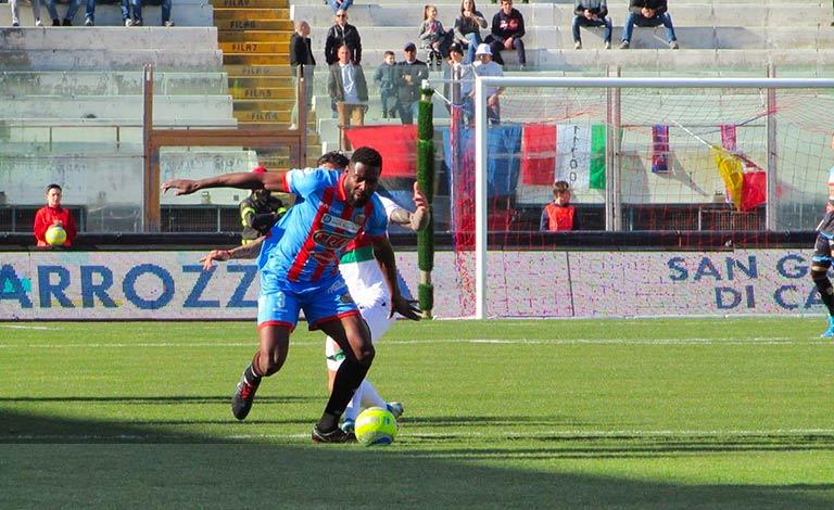 Calcio Catania, lascia anche Mbende