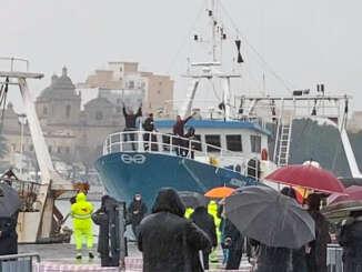 pescatori_mazara_attraccano_al_porto_1