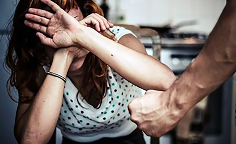 Ex in gravidanza, picchiata per convincerla a tornare