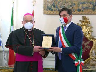 Candelora d'oro consegnata a monsignor Gristina - video