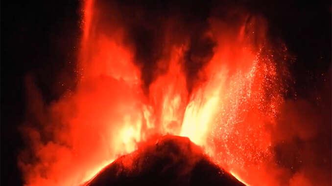 Etna, notte di fuoco e fontane di lava - video