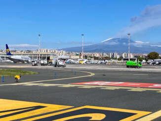 Aeroporto riapre, ripulita la pista dalla cenere