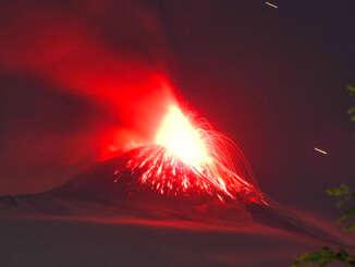Etna incendia la notte e offre spettacolo