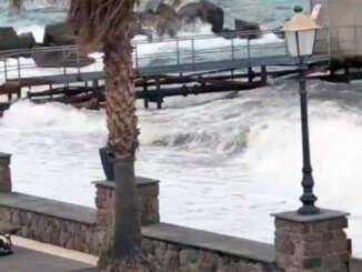 Eolie isolate, vento e mare forza sei