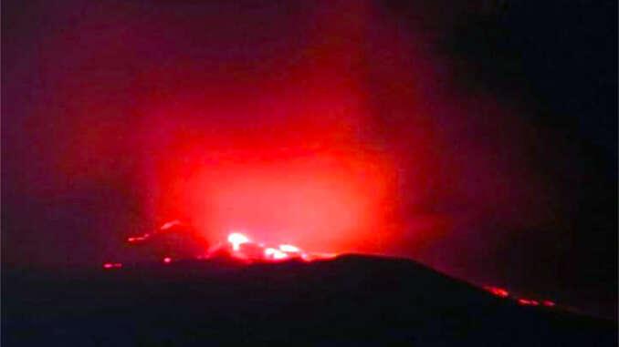 Etna, nuovamente in attività con un boato