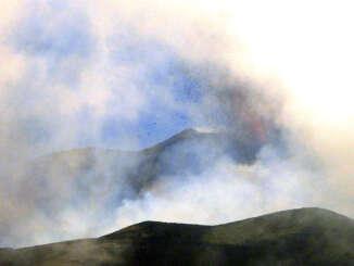 Etna torna in attività, cenere nell'hinterland di Catania