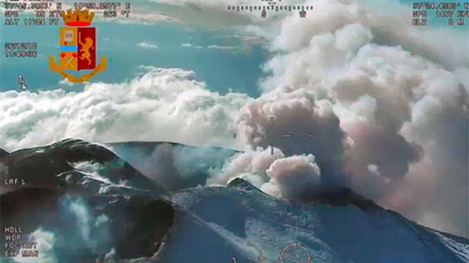 Etna si quieta, si torna a volare nell'aeroporto di Catania