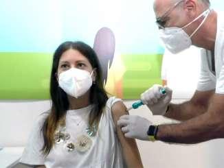Vaccino anti Covid con siringa senza ago