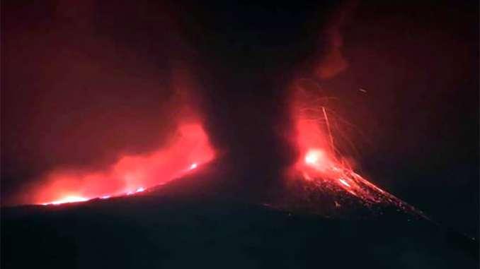 Etna regala altro spettacolo con fiamme e cenere
