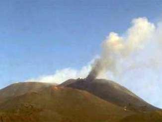 Etna, debole attività e danni da cenere lavica