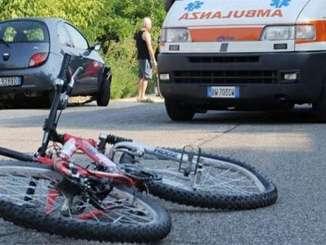 Travolge e uccide ciclista, scappa e poi si costituisce