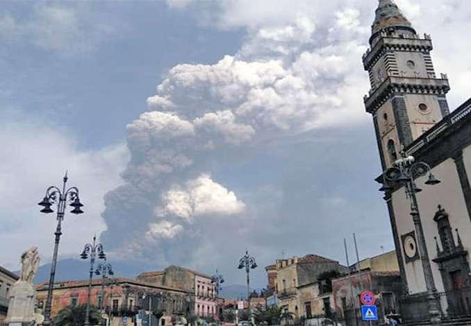 Etna, eruzione lava e nube di cenere