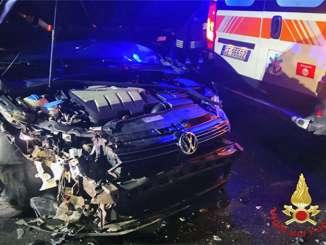 Auto tampona ambulanza, medico e infermiera feriti